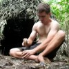 裸一貫でサバイバル生活を生き抜く男の動画がスゴイ!
